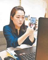 オンラインでメーク教室を開く北島さん=つるぎ町半田の自宅
