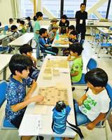 対局を通して腕を磨く子どもたち=徳島市徳島町城内の市中央公民館