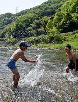 今季一番の暑さの中、川遊びを楽しむ子どもたち=2日午後2時ごろ、美馬市穴吹町の穴吹川