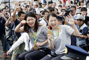 金メダルを手に笑顔を見せる松友(手前右)、高橋(同左)両選手=午前11時40分、藍住町奥野