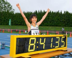 女子3000メートルで8分41秒35の日本新記録をマークし、喜ぶ田中希実=深川市陸上競技場