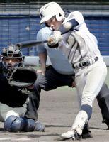 徳島商対小松島 8回裏、小松島2死二塁、宮本が左翼線二塁打を放ち7―6とする=アグリあなんスタジアム