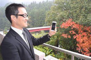 那賀町での暮らしぶりを、スマホのテレビ電話で話す勝井さん=那賀町木頭和無田