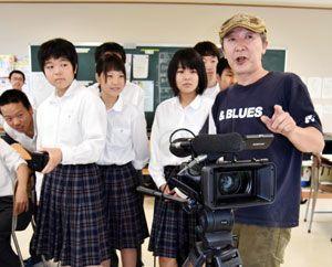 仁木さん(右)から撮影などの指導を受ける生徒たち=海陽町の海部高校