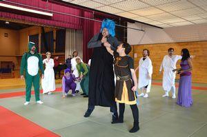 本番に向けてリハーサルに励む出演者=吉野川市の鴨島東中学校