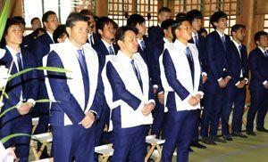 J1再昇格祈願する徳島のチーム一同=鳴門市の大麻比古神社