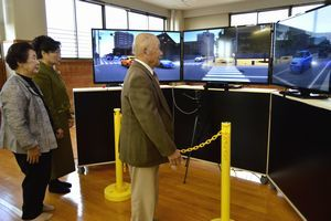 シミュレーターを使って交通事故を防ぐ方法を学ぶ体験者=徳島西署