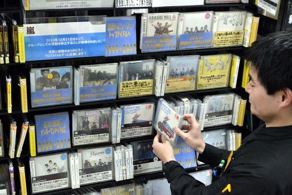 嵐の特設コーナーを設けるCDレンタル担当者=徳島市のTSUTAYA田宮店