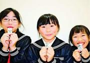 夜の外出時は反射材付けて 加茂名南小児童、高齢者にキーホルダー贈る