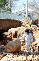 小牧山城の調査で出土した「立石」とみられる石材(下)=3日、愛知県小牧市
