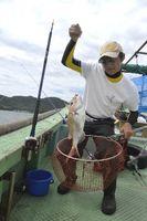 鳴門鯛の船釣りを体験する参加者=鳴門市沖