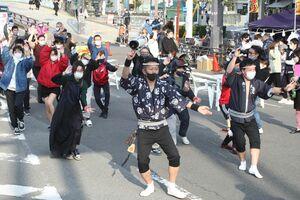 阿波踊りを楽しむ舞きょう連の連員ら=徳島市新町橋1
