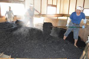 すくもを作る作業に精を出す藍師の佐藤昭人さん(右)ら。上板町が阿波藍の振興を図る事業を始める=上板町下六條