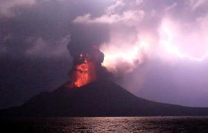 小笠原諸島・西之島の火口から噴出する赤熱した溶岩と火山雷=11日(気象庁提供)
