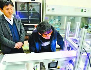 白井講師(左)らが試作した深紫外線LEDと青色LEDを組み合わせた殺菌装置=徳島大