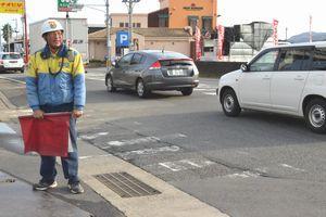 交通誘導を担う警備員。人手不足が深刻化している=徳島市内
