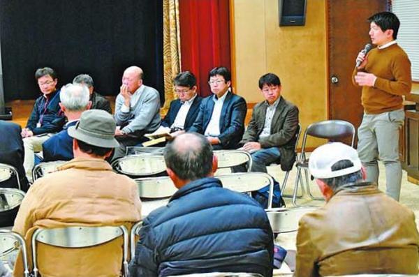 住民からの質問に答える岡村講師(右端)=美波町の由岐公民館