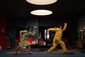 Amazon Originalドラマシリーズ『誰かが、見ている』(9月18日配信スタート)宮澤エマと香取慎吾の即興ダンスシーン(C)2020 Amazon Content Services LLC