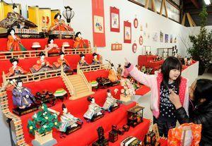 約1000体のひな人形が並ぶ会場=吉野川市のいんべアートスペース