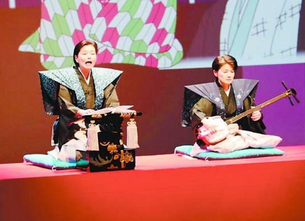 「伊勢音頭恋寝刃」を熱演する太夫の竹本友和嘉さん(左)ら=徳島市のあわぎんホール