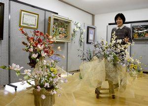 ろうで作られた花の作品が並ぶ「蝋の花展」=つるぎ町半田の神宮寺ホール
