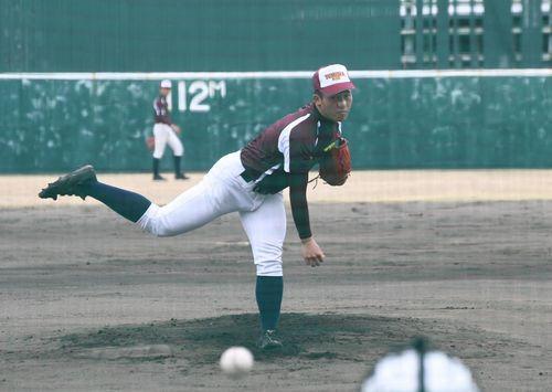 シート打撃に登板して最終調整をする富岡西の浮橋=兵庫県西宮市の津門中央公園野球場