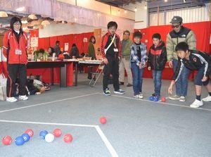 ボッチャを楽しむ子どもたち=勝浦町生名の人形文化交流館