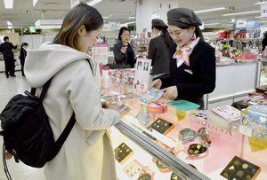 熱心にチョコレートを品定めする女性客=徳島市のそごう徳島店
