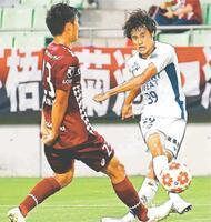 前半、徳島の西野(右)が果敢にシュートを放つも決めきれず=神戸市のノエビアスタジアム神戸