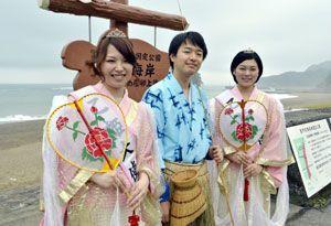 乙姫大使と浦島大使に選ばれた(左から)小川さん、張間さん、勝浦さん=美波町日和佐浦の大浜海岸