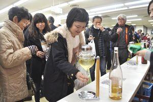 四国酒まつりで各地の日本酒を味わう来場者=三好市池田町マチのサンライズビル