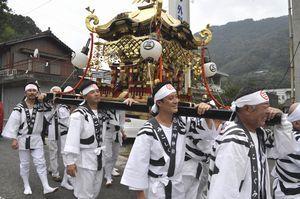 秋祭りで地域住民と一緒にみこしを担ぐ西崎さん(左端)と大原さん(右から2人目)=三好市池田町川崎