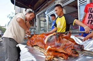 フィリピンで豚丸焼き販売ピーク