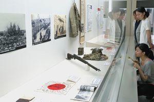 戦時中のさまざまな歴史的資料が並べられた「戦争の時代と徳島」=徳島県立博物館