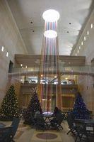 電飾が施されたクリスマスツリーと高さ約20メートルの「美びビツリー」=鳴門市鳴門町の大塚国際美術館