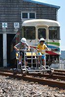 レールスターの試乗を楽しむ参加者=海陽町宍喰浦の阿佐海岸鉄道車両基地