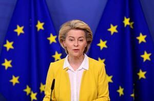 14日、ベルギー・ブリュッセルで、欧州連合(EU)の新型コロナウイルスワクチン戦略について発表するフォンデアライエン欧州委員長(ロイター=共同)