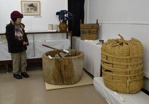 阿波藍の製造に使われた農具や資料などを紹介する企画展=上板町泉谷の町立歴史民俗資料館