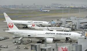 羽田空港に駐機する日航機=2016年4月