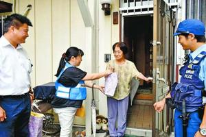 高齢者宅を訪問する中央署員ら=徳島市中通町2