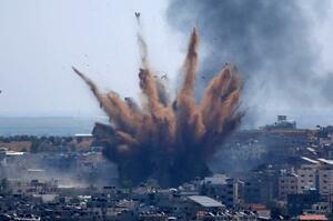 イスラエルの空爆で上がる煙=5月、パレスチナ自治区ガザ(AP=共同)