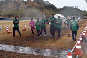 制限時間終了後も、ランナーに寄り添い共にゴールする海部高校生=海陽町の蛇王運動公園
