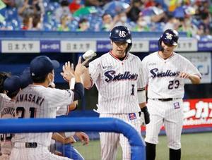 5回、逆転2ランを放ちナインに迎えられるヤクルト・山田哲。右は青木=神宮