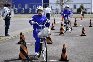 自転車の安全運転について学ぶ吉野中生=阿波市吉野町柿原の阿北自動車教習所