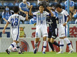 前半22分、PKで2点目を奪い喜ぶ徳島の岩尾⑧=静岡県磐田市のヤマハスタジアム(静岡新聞提供)