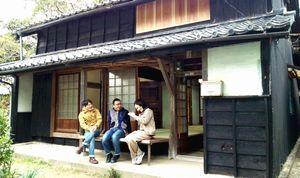 サテライトオフィス「HARBOR出羽島」でワークショップの参加者と談笑する坂東さん(中)=牟岐町沖の同島