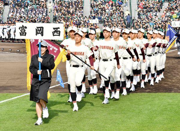 開会式で入場行進する富岡西ナイン=甲子園球場