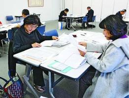 作品を選ぶ審査員=徳島市の新聞放送会館