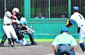 県秋季大会準々決勝の城東戦で本塁打を放つ富岡西の浮橋=昨年10月、鳴門オロナミンC球場