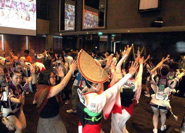 娯茶平の連員と一緒に阿波踊りを楽しむ地元メディアのスタッフら=バンコク市のホテル(徳島県提供)